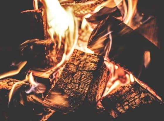 Hvad er bedst varmepumpen, elradiator eller brændeovn? Billedet illustrerer en brænde