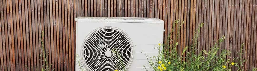 Luft til luft udedel på facade af sommerhus