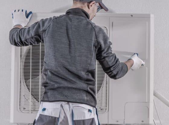 Montør i gang med montering af varmepumpe