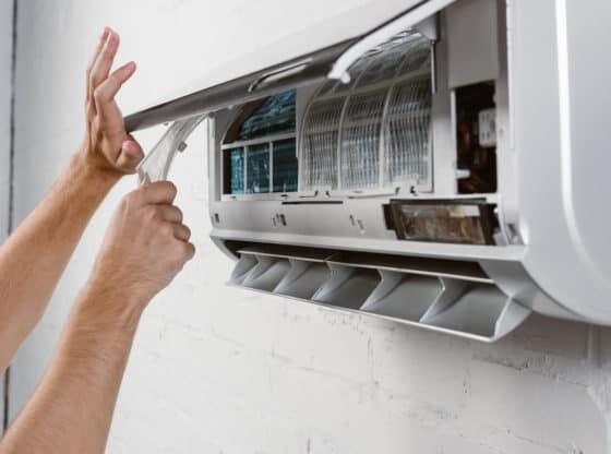 Tekniker sætter varmepumpe abonnement op